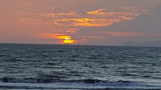 Lanta Castaway Beach Resort: 20160822_183410_large.jpg