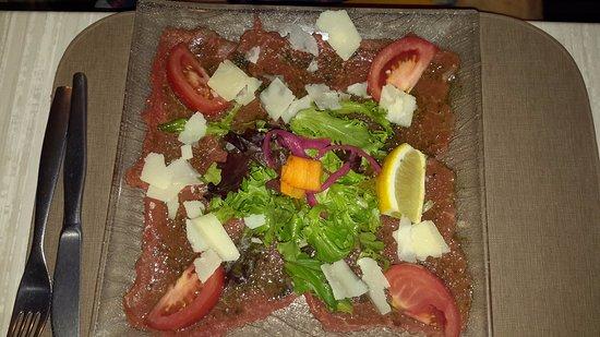 Les-Salles-sur-Verdon, فرنسا: Carpaccio de boeuf avec salade copieuse