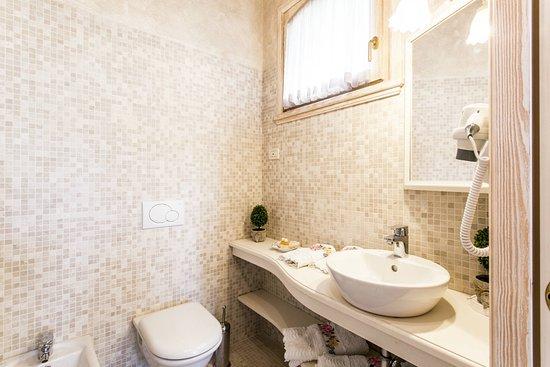 sala da bagno - Picture of Relais Mondotella, Pozzolengo - TripAdvisor