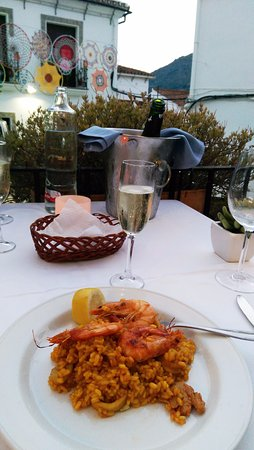 Gaucin, Spanien: Paella and cava on a warm Summer evening