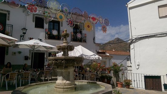 Gaucin, Spanien: Looking across the fountain to the sheltered seating