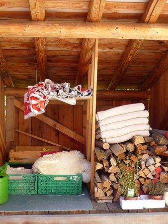 Cinuos-Chel, Switzerland: Objets utilisés en terrasse selon les besoins