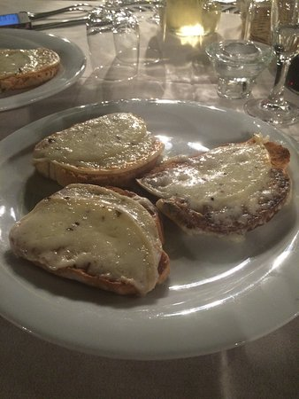 Scandicci, Italy: Bruschetta with scamorza cheese and black summer truffles