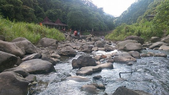 Beipu cold springs: 溪邊泡腳