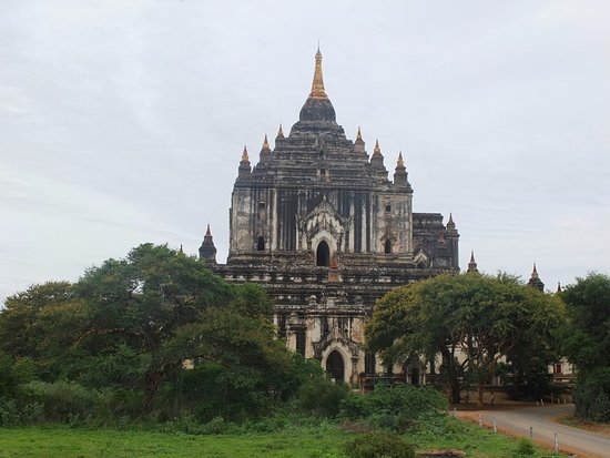 Thatbyinnyu Temple: 草生す城壁のビューポイントから。