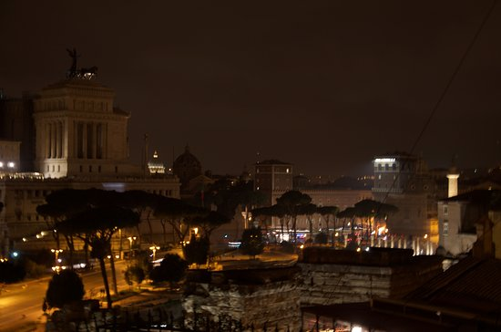 Made in Rome Bed&Breakfast: Night time view from the fantastic roof terrace