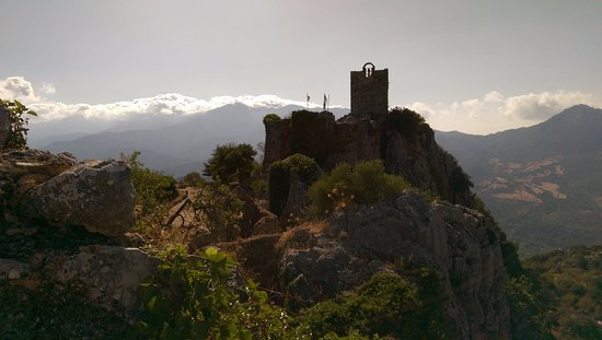 Gaucin, Spanien: Looking towards the tower from the opposite side of the castle