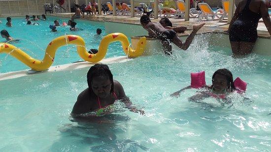 Saint-Augustin, France: Ma fille et ma nièce qui s'amusent dans la piscine d' intérieur.