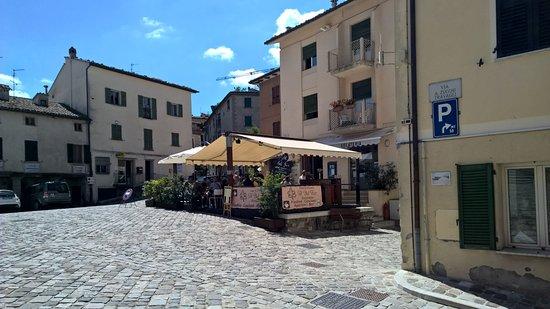 I tavoli esterni del ristorante Al Bel Fico, sulla piazza di Pennabilli