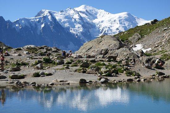 Le lac Blanc avec le Mont Blanc en fond