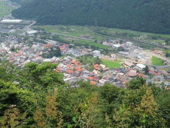 Wakasa-cho, Japão: 本丸からの眺め(若桜駅や町並みを見下ろす)