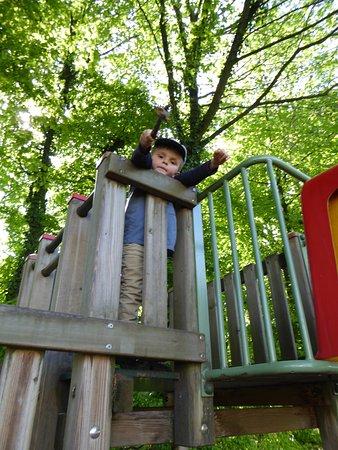 Twann, Switzerland: Place de jeu avec échelles, toboggans et escaliers
