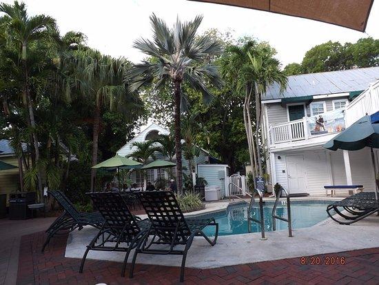 Lighthouse Court Hotel in Key West: Pool & Breakfast area