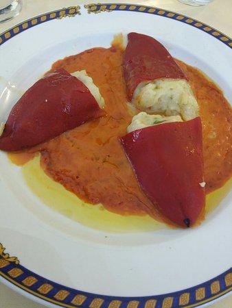 Illescas, Spanje: Pimientos piquillo rellenos marisco