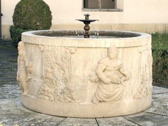 Schlatt, Schweiz: Ein schöner romantischer Brunnen plätschert im Innenhof