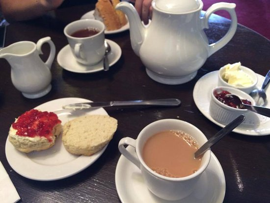 Totnes, UK: Cream tea and victoria sponge