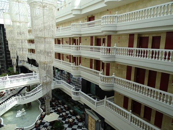 Cleopatra Palace Hotel: Ruimte beneden waar ontbijt en diner geserveerd en kan benut worden
