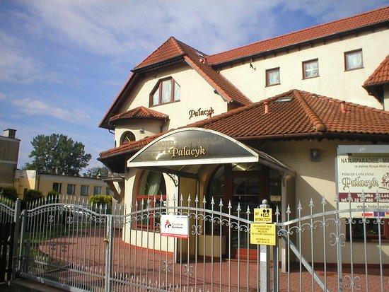 Wiselka, Polen: Kreditkartenaufkelber am Fenst links erkennbar.