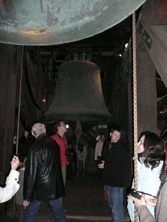 le campane della torre... mi chiedo ancor come han fatto a portarle lassu tanto son grandi e pes