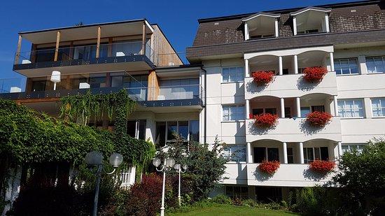 Sankt Kanzian, Austria: Neubau (Hausteil SEENSUCHT, braun) und Haupthaus (weiß)