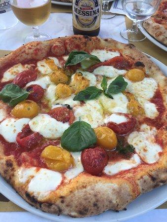 """Vera pizza napoletana """" Terra mia """" con il pomodoro Lucariello. Fantastica !  la pizza napoletan"""