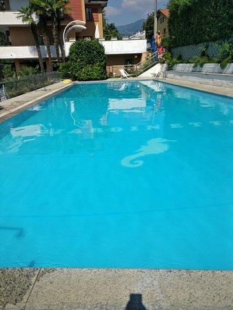 Notare l'ingresso in piscina dal condominio adiacente senza doccia.