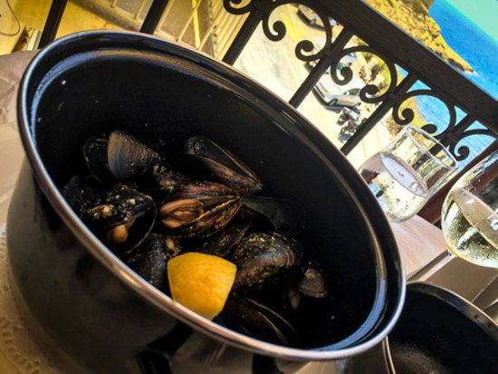 Moules in bianc (cooked in wine herbs and garlic and served with warm bread)