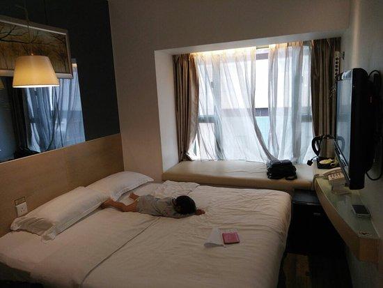M1 Hotel: Kamar yg bersih namun sempit
