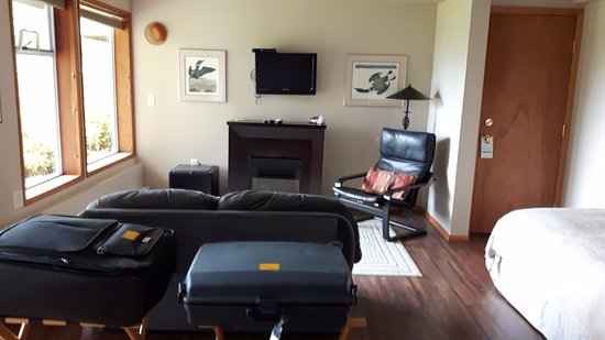 The Tides Inn on Duffin Cove: Sitting are in room with TV