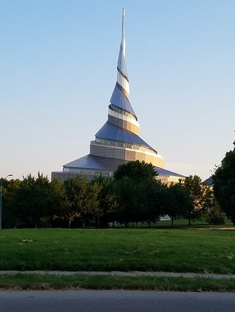Independence, MO: Modern Mormon Temple just a few blocks away