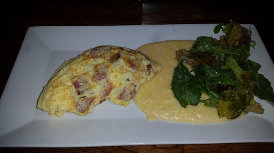 Athens, Georgien: Triple Pig Omelet with cheese grits and spinach arugula salad