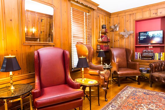 "Goshen, estado de Nueva York: The Cabinet Room is pure 1747 perfectly restored with 12"" Oak plank floors, leather seating and"