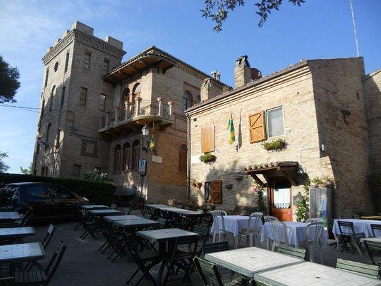 Ingresso al borgo e tavoli pizzeria Marcella Torre di Palme
