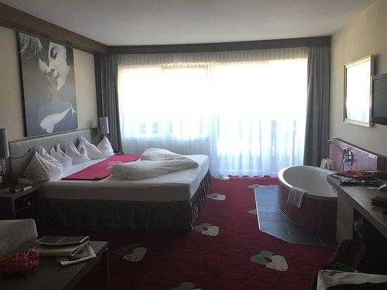 Ladis, Østerrike: Themenzimmer, hier das Kusszimmer mit einer Wanne neben dem grossen Bett, ein HIT