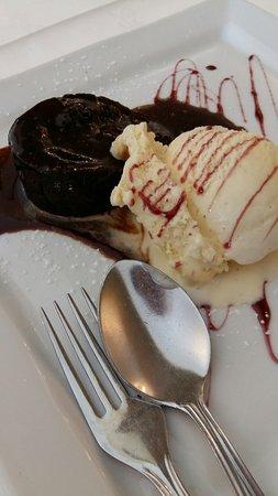Gelado da casa. O melhor bolo de chocolate. Crepe. Petit gateaux.