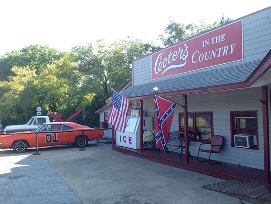 Sperryville, VA: Pretty in the front, parking in the back. It a small Dukes of Hazard memorabilia store with a sm