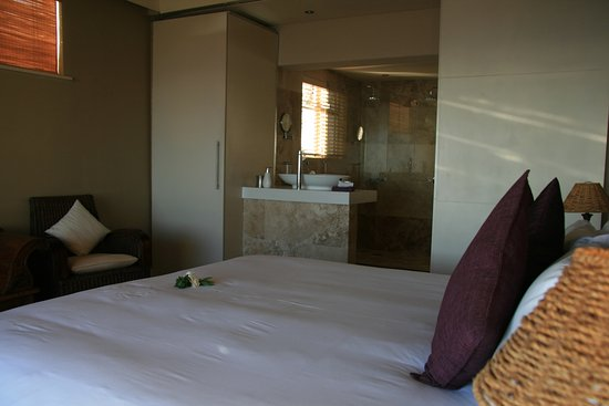 51 On Camps Bay Guesthouse: der Schlafbereich und das Bad sind durch eine Schiebetür getrennt