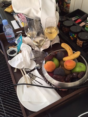 Hotel Barriere Le Majestic Cannes: 3 day-old champagne which had not been cleared away