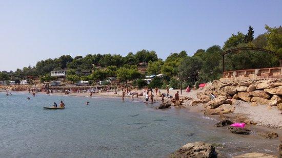 Spiaggia e sullo sfondo il villaggio campeggio Marinella