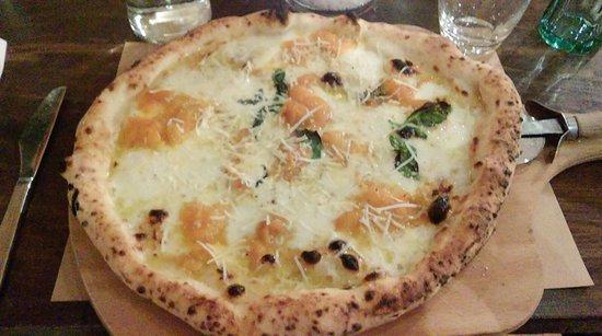 Santa Vittoria d'Alba, Italia: Pizza napoletana ai pomodori datterini gialli!
