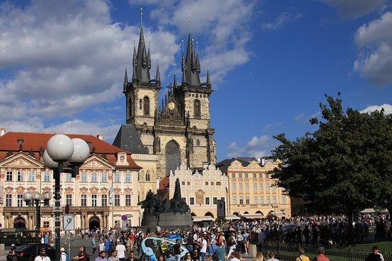Inos: na een tramritje van 10 minuten sta je op het central plein van Praag. Overweldigend mooi!