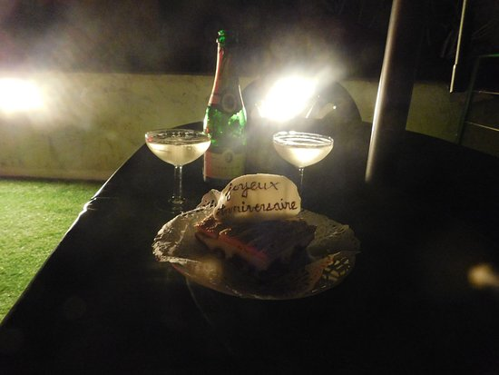 Roquebrune-sur-Argens, France: Petit bonus : champagne et gâteau d'anniversaire :D