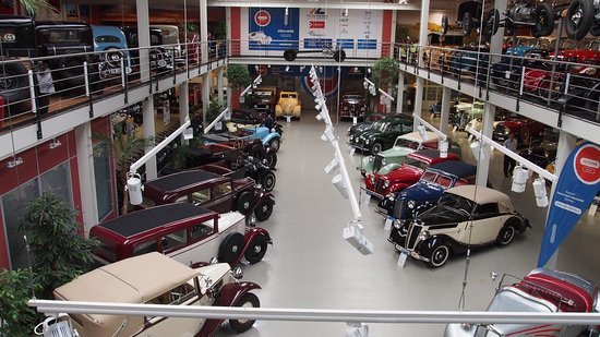 Olomouc, Republik Ceko: View of veteran cars from 1st floor