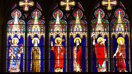 Dreux, França: Ces vitraux illustrent la vie de saint Louis