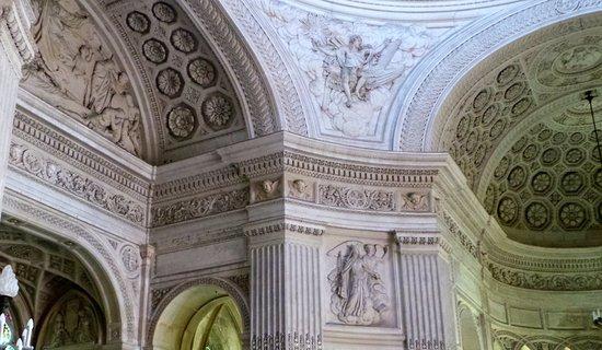 Dreux, França: l'intérieur de la chapelle est orné de bas-reliefs allégoriques