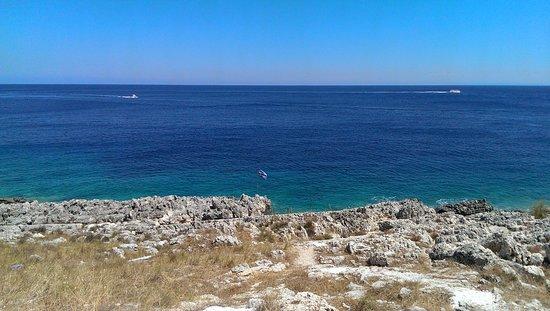 Agios Nikolaos, Griekenland: Дикий пляж (вход в воду, где флаг)