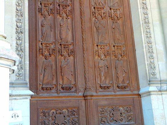 Dreux, França: Le portail principal représente les douze apôtres