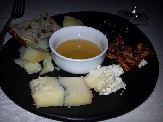 เคมบริดจ์, แคนาดา: Cheese plate.
