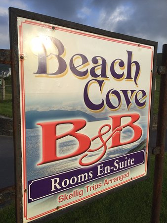 Beach Cove B&B: Roadside sign.