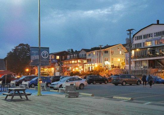 ลือเนนบูร์ก, แคนาดา: Lunenburg dock in evening